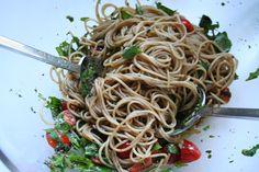 Ein wunderbares Gericht für die heißen Tage bei Carola: Spaghetti mit rohen Tomaten und Rucola.