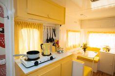 Caravanas Vintage en alquiler en el camping situado en primera línea de mar, en la Costa Dorada.  Se permiten mascotas. Kitchen Cabinets, Pets, Home Decor, Beach Feet, Single Beds, Camper Van, Bedding, Closets, Decoration Home