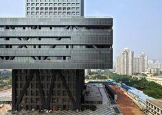 中国の都市深圳の証券取引所は、2006年にレム·コールハース率いるOMAよって設計され、大いに物議を醸したプロジェクトである。
