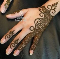 Simple Mehendi designs to kick start the ceremonial fun. If complex & elaborate henna patterns are a bit too much for you, then check out these simple Mehendi designs. Henna Art Designs, Mehndi Designs For Beginners, Mehndi Designs 2018, Modern Mehndi Designs, Mehndi Designs For Fingers, Mehndi Design Pictures, Arabic Mehndi Designs, Mehndi Images, Henna Mehndi