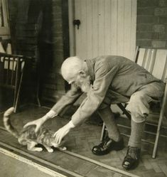 George Bernard Shaw grabs his cat!