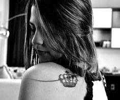 Tatuagem de Coroa |  Ombro Feminina