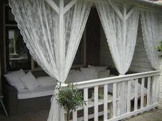 Romantische Veranda mit Ikea Gardinen die die Mücken nicht rein lassen