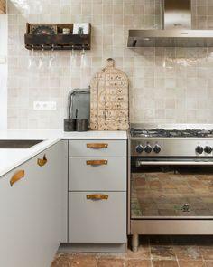 Cozy Kitchen, Kitchen Tiles, Kitchen Dining, Kitchen Decor, Kitchen Cabinets, Sweet Home, Cuisines Design, Kitchen Interior, Interior Design