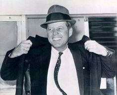Photos of JFK in a fedora? I know there are some about, and I ask since JFK was the last president to wear a fedora while in office (LBJ wore Stetson. John Kennedy, Les Kennedy, Caroline Kennedy, American Presidents, Us Presidents, American History, Celebridades Fashion, Dallas, Presidential History