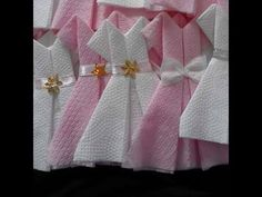 Napkin folding: Dress 👗 Easy way to fold napkins - Wedding Baby Shower Fun, Baby Shower Favors, Baby Shower Gifts, Paper Napkin Folding, Creative Food Art, Gender Reveal Party Decorations, Diy Bebe, Diy Baby Gifts, Fashion Themes