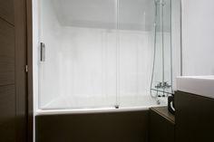 Mobiliario de baño realizado a medida en DM y lacado en acabado satinado.