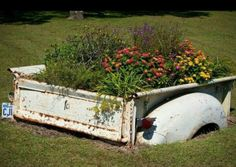 old truck flower beds - Bing Images Garden Junk, Garden Beds, Unique Gardens, Amazing Gardens, Farm Trucks, Truck Bed, Truck Tailgate Bench, Old Farm, Outdoor Projects