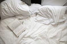 Javier encontró el libro abierto encima de la cama.