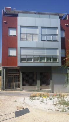 2006 Puerta Sánchez Blázquez en Moratalla.  A excepción de la fachada Ernesto Oñate trabajó en la distribución interior y la decoración de este edificio, para el que también diseñó la puerta de acceso al mismo. En su interior alberga dos viviendas dúplex.