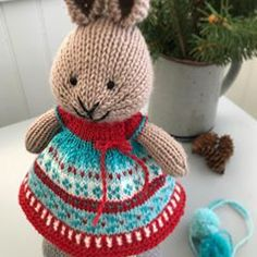 A festive holiday bunny dress ❤️❤️ inspired by the Cozy Season Stocking pattern by Knitting Daily, Knitting For Kids, Knitting Stitches, Knitting Patterns, Crochet Patterns, Knitting Ideas, Knitted Bunnies, Knitted Animals, Bunny Rabbits