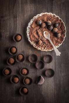 """domesticgxddess: """"Chocolate Truffles Source: Maria Lunarillos Please do not remove recipe or source links!"""" More chocolate here Death By Chocolate, I Love Chocolate, Chocolate Heaven, Chocolate Lovers, Chocolate Desserts, Belgian Chocolate, Chocolate San Valentin, Delicious Desserts, Yummy Food"""