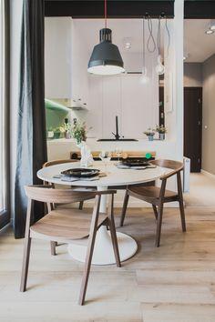 jadalnia | biały, okrągły stół + drewniane fotele + czarna lampa