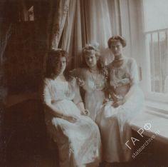 Maria Nikolaevna, Anastasia Nikolaevna & Tatiana Nikolaevna at the Alexander Palace, 1913