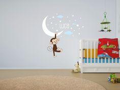 11- Little Monkey  Una buffa scimmietta in un cielo stellato metterà allegria alla casa. Un cielo di stelle col nome del/lla vostro/a bambino/a regalerà sogni d'oro. Decorazione adatta a bambine e bambini fino ai 13 anni.  Misure max: H 100 cm x L 150 cm