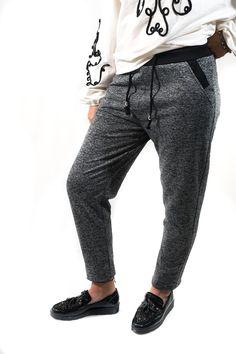 Pantalón jogging en gris jaspeado con cinturilla elástica y pelito por dentro para ir por la calle como en tu casa. Un look Paula Echevarría para ritmos de calle. Lleva bolsillos y es ajustable con cordón.