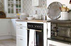 Många drömmer vi om att förnya köket. Här har vi valt ut tio vackra lantkök med personlig känsla. Låt dig inspireras! Kitchen Cart, Kitchen Island, Sweet Home, Dream Homes, Room, Interiors, Dreams, Inspiration, Future