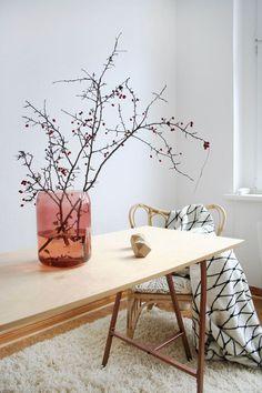 Meine liebste Deko für die kalten Tage: Getöntes Glas aus der aktuellen Sittning Kollektion von Ikea und rote Beeren- wo ich die entwendet habe, könnt ihr auf meinem Blog lesen Zusammen mit der The Grid Decke und dem hellen Schreibtisch aus der BRAKIG Kollektion brauche ich nicht viel mehr zum Glücklichsein :smile #ikea #interiordesign #homedecoration