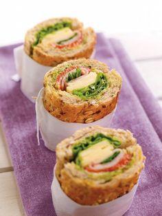 Grov sandwich med kylling og urter smaker fortreffelig til frokost eller lunsj. Lett å ta med seg dersom du er på farten i lunsjen.