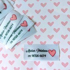 Etiqueta de tecido - x 100 unid. Diy Accessories, Etiquette, Hair Bows, Boutiques, Crafts, Handmade Gift Tags, Fabric Labels, 3d Letters, Fabric Tags