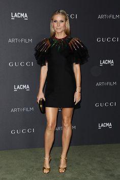 Auf der LACMA Art & Film Gala bewies Gwyneth Paltrow  Modebewusstsein von Kopf bis Fuß. Die zweifache Mutter und Schauspielerin trug ein schwarzes, paillettenbesetztes Minikleid mit ausgepolsterten Schultern aus der Frühjahr/Sommer-Kollektion 2017 von Gucci.