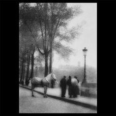Shinzo Fukuharas Streben: Neue Pariser Visionen nach Japan bringen. Während seines Studiums verbrachte S. Fukuhara, Shiseidos erster Präsident, unter anderem sechs Monate in Paris. Die Fotografie war seine Leidenschaft und so wurde er der erste japanische Künstler, der sich mit der Stadt Paris auseinandersetzte. Shinzo Fukuhara schaffte es durch ein meisterhaftes Gespür für Licht, Formen und Atmosphäre, die unterschwelligen Gefühle dieser Stadt zu Beginn des 20. Jahrhunderts sichtbar zu…