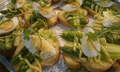 Tasty Asparagus Crostini with Hollandaise Sauce