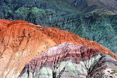 """Gelegen in het noordwesten van Argentinië vind u de wonderen van het Humahuaca ravijn, met de beroemde """"Cerro de los Siete Colores"""" De heuvel met de 7 kleuren. Een plaatje!"""