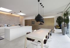 modern kitchen & eating area in Haus by Destilat Architecture and Design Dream Home Design, House Design, Kitchen Eating Areas, Modern Architecture House, Architecture Design, Design Studio, Cuisines Design, Modern Kitchen Design, Decoration