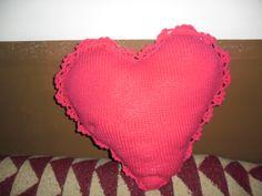 un cojin en forma de corazon,hecho a punto y remate a ganchillo,10€