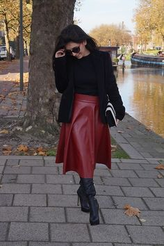 Midi skirt & Leather boots - The Colourful Bouquet Long Leather Skirt, Leather Skirts, Denim Fashion, Leather Fashion, Bota Over, Burgundy Skirt, Leder Outfits, Sexy Skirt, Red Skirts