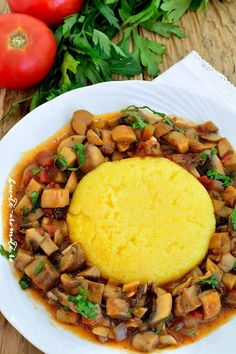 Tocanita de ciuperci alaturi de o mamaliguta este o mancare traditionala, rapida si foarte gustoasa. E potrivita pentru pranz sau cina si pe gustul tuturor. Raw Vegan Recipes, Diet Recipes, Vegetarian Recipes, Cooking Recipes, Healthy Recipes, Veggie Dishes, Vegetable Recipes, Romanian Food, Healthy Cooking
