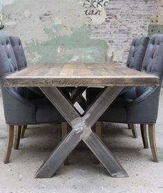 Eiken tafel met metalen kruispoot: Deze eiken tafel is onderdeel van een programma waarmee u uw eigen massief eiken eettafel kunt samenstellen.