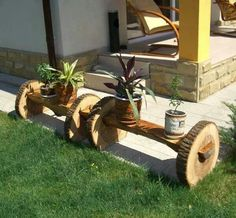 Awesome Ideas for Patio Decor Planters: Plants are the significant part of your patio. They add to the natural essence in your garden. Log Projects, Cool Diy Projects, Outdoor Projects, Barrel Projects, Into The Woods, Log Furniture, Garden Furniture, Articles En Bois, Wood Logs