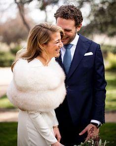 "Maxim Coquette on Instagram: ""¡Que nunca se os borre la sonrisa Coquettes! 😘. 👗 @nnavascues 💐 @aquileaflores 👔 @scalperscompany 🏡 @fincaelcampillo 📸 @click10fotografia…"" Winter Wedding Fur, Winter Wedding Bridesmaids, Vintage Fur, Vintage Bridal, Fur Stole, Winter Wedding Inspiration, Luxury Wedding, Getting Married, Furs"