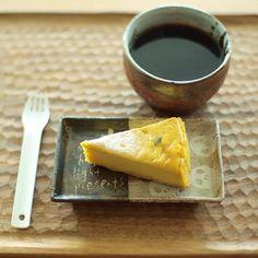 Instagram media by yuhei_21 - 今日のおやつは友達が差し入れてくれたプーゾのかぼちゃのチーズケーキ。 チーズケーキはチーズが濃ければ濃いほどうれしい人。  #おやつ #チーズケーキ #コーヒー #coffee #cheesecake #pumpkin #ドクロ #instafood #fika #yuhei_oyatsu #小沢賢一 #ウエダキヨアキ #スイーツ男子 #甘党男子 #カメラ男子 #写真部 #おやつタイム