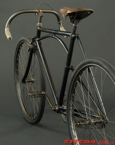 Beautiful asymmetrical frame on this old bicycle. Love the curved second top tube as well. Retro Bicycle, Old Bicycle, Old Bikes, Velo Vintage, Vintage Bicycles, Bicycle Painting, Cycling Bikes, Cycling Jerseys, Commuter Bike
