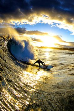 Surfing holidays is a surfing vlog with instructional surf videos, fails and big waves Kitesurfing, Big Waves, Ocean Waves, Ocean Beach, Surf Van, Photo Surf, Style Surfer, Surf Style, Imagen Natural