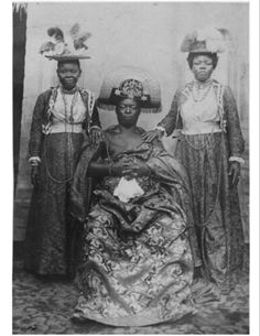 Oba Ovoranmwen with two of his wives in Calabar after the invasion of 1897. On the left, Queen Egbe and on the right, Queen Aighobahi. c.1898 - 1913 Black History, Art History, Hyung Tae Kim, Ancient Artefacts, Ancient Civilizations, African Royalty, African Sculptures, National Archives, African American Art