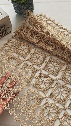 Crochet Table Runner Pattern, Crochet Motif Patterns, Granny Square Crochet Pattern, Crochet Tablecloth, Crochet Squares, Crochet Designs, Crochet Stitches, Débardeurs Au Crochet, Crochet Lace Edging