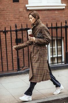 Women's Trench Coats: The 40 Models With The Most Roll of 2019 Khaki Trench Coat, Trench Coat Outfit, Trench Coats, Fashion 2018, Fashion Over, Fashion Hats, Fashion Edgy, Alexa Chung, Burberry
