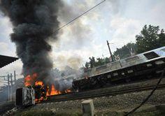 電車とローリーが衝突、ビンタロ近くの踏切、死者5人、負傷者91人。Densha to roorii ga shoutotsu, Bintaro chikaku no fumikiri, shisha 5 nin, fushousha 91 nin. Kereta api dengan truk tangki tabrakan, pintu kereta dekat Bintaro, meninggal 5 orang, luka 91 orang.