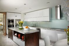 Gestalten Sie Ihre Küche mit wunderschöner Glasrückwand und einer Granit Arbeitsplatte!  http://www.arbeitsplatten-deutschland.com/glasrueckwand-hitzebestaendige-glasrueckwand