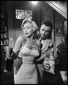 "1954 / Marilyn et Tom EWELL lors du tournage d'une scène du film ""The seven year itch"" sous la direction de Billy WILDER."