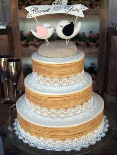 Bolo de Casamento com detalhes em renda e topo de bolo de passarinhos, super fofo!