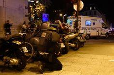 Forces de  l'ordre et ambulance près du Bataclan le 13 novembre 2015 à Paris
