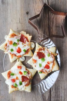 Serve these festive Holiday Movie Night Recipes at your next party: White Chocolate Popcorn Mix, Cookie Cutter Mini Pizzas, and Cranberry Holiday Punch. Christmas Crunch, Christmas Popcorn, Christmas Appetizers, Christmas Star, Christmas Recipes, Kids Meals, Easy Meals, Toddler Meals, Pizza Sides