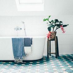 bagno con piastrelle idrauliche
