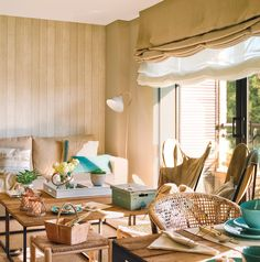 Salón con paredes forradas de madera y doble estor. Doble estor Living Room Designs, Living Room Decor, Living Rooms, Valance Curtains, Drapery, Window Treatments, Interior Decorating, Sweet Home, Table Settings