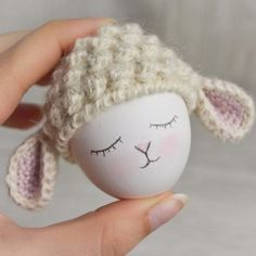 Cute egg warmer that your Easter table in a Wi . Easter Crochet, Knit Crochet, Crochet Stitches, Cute Egg, Easter Egg Dye, Egg Art, Easter Table, Egg Decorating, Easter Crafts